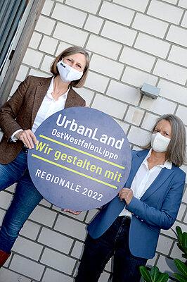 REGIONALE-Leiterin Annette Nothnagel (l.) trifft Sybille Brockbals, die die Idee Anders Alt Werden Gütersloh eingereicht hat: Gemeinschaftliche Wohnformen sollen in einem zentral gelegenen Häuserblock in Gütersloh entstehen. Dafür haben sich mehrere Eigentümerinnen und Eigentümer zusammengeschlossen. Das Vorhaben ist eins von sieben im Rahmen der REGIONALE 2022 ausgewählten Projektideen zur Zukunft des Wohnens in OWL.  Bildnachweis: OWL GmbH